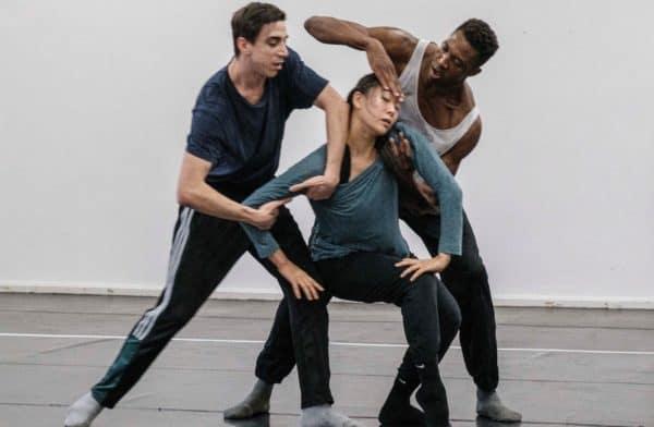Die Tänzer*innen Young Won, Cristian Cucco, Corey Scott-Gilbert während der Probe von Shifting Perspective. Foto: (c) Franz Kimmel